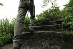 Hiker женщины на каменной горной тропе Стоковая Фотография