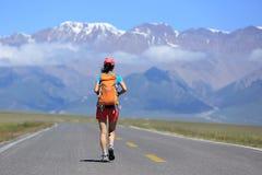 Hiker женщины на красивой горной тропе Стоковая Фотография RF