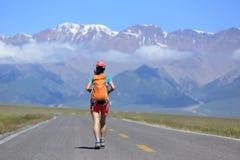 Hiker женщины на красивой горной тропе Стоковое фото RF