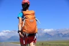Hiker женщины на красивой горной тропе Стоковое Фото