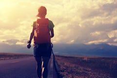 Hiker женщины на красивой горной тропе Стоковые Изображения RF