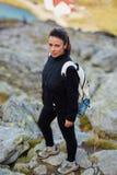 Hiker женщины на следе Стоковые Фотографии RF