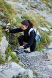 Hiker женщины на следе Стоковое фото RF