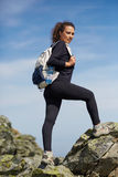 Hiker женщины на следе Стоковые Изображения