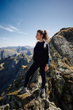 Hiker женщины на следе Стоковые Фото