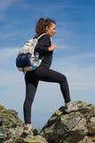Hiker женщины на следе Стоковое Фото