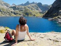 Hiker женщины отдыхает около озера горы Стоковые Изображения RF