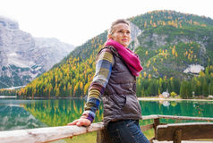 Hiker женщины отдыхает, смотрящ на далеко от озера Bries стоковое изображение rf