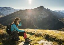 Hiker женщины отдыхая на горе Стоковые Фото