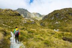 Hiker женщины при рюкзак на следе Routeburn Стоковое фото RF