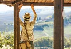 Hiker женщины смотря в расстояние наслаждаясь пейзажем стоковая фотография rf