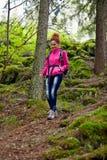 Hiker женщины с рюкзаком Стоковое Фото