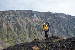 Hiker женщины trekking на верхней части горы с ребенком в рюкзаке Досуг лета Стоковое Изображение