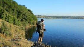 Hiker идя в холм сток-видео
