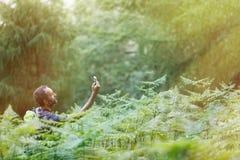 Hiker ища сигнал мобильного телефона, теряемый стоковая фотография rf