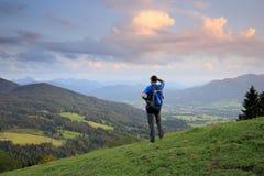 Hiker и заход солнца стоковые фотографии rf