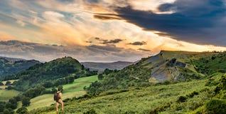 Hiker и заход солнца над панорамой Llangollen стоковые фото