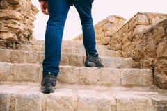 Hiker или исследователь идя вверх на лестницы к археологическим раскопкам - экспедиция и мир исследуют Стоковое Изображение