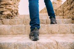 Hiker или исследователь идя вверх на лестницы к археологическим раскопкам - экспедиция и мир исследуют Стоковое Изображение RF