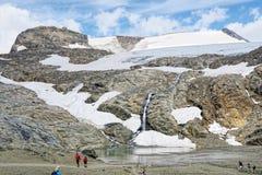 Hiker идя вдоль пути на горе и Pasterz Grossglockner Стоковая Фотография