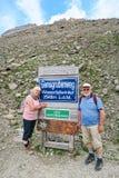 Hiker идя вдоль пути на горе и Pasterz Grossglockner Стоковое Фото