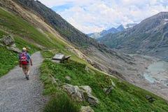 Hiker идя вдоль пути на горе и Pasterz Grossglockner Стоковое Изображение RF
