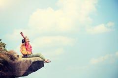 Hiker молодой женщины наслаждается взглядом на скале горного пика Стоковые Изображения