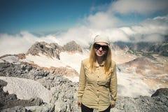 Hiker молодой женщины на горе саммита Стоковые Фото