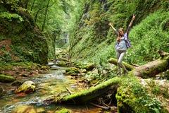 Hiker молодой женщины рекой Стоковые Изображения RF