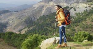 Hiker молодой женщины Active подходящий акции видеоматериалы
