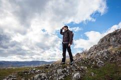 Hiker наслаждаясь взглядом над горой Стоковые Фото