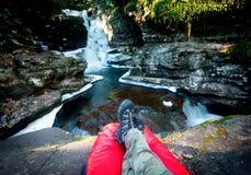 Hiker наслаждаясь водопадом Стоковое Изображение RF