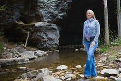 Hiker наслаждаясь красотой пещеры и заводи Стоковое Изображение RF