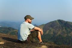 Hiker на верхней части горы Стоковое фото RF