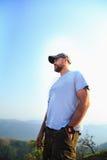 Hiker на верхней части горы Стоковое Фото