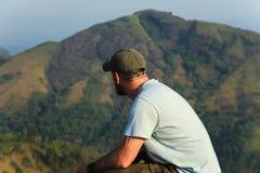 Hiker на верхней части горы Стоковая Фотография