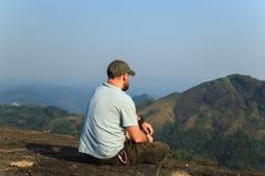 Hiker на верхней части горы Стоковое Изображение
