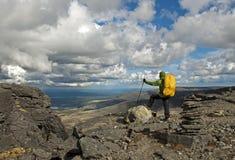 Hiker на верхней части Стоковое Фото