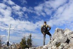Hiker на верхней части Стоковое Изображение