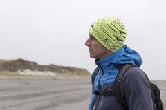 Hiker на дороге гор в тумане стоковое изображение rf