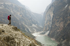 Hiker на крутом путе горы стоковое фото