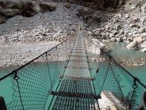 Hiker на мосте Стоковые Фотографии RF