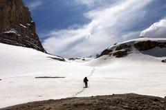 Hiker на плато снежка Стоковая Фотография