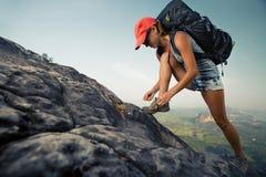 Hiker на скале Стоковая Фотография