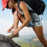 Hiker на скале Стоковые Изображения
