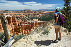 Hiker обозревая каньон Bryce, Юту Стоковые Изображения RF