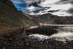 Hiker около кристаллического озера на пропуске Колорадо Ophir захода солнца Стоковые Изображения RF