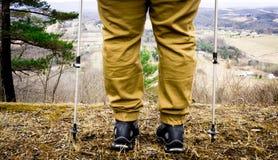 Hiker останавливая для того чтобы рассмотреть гора Стоковые Фотографии RF
