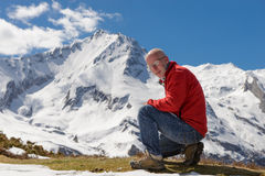 Hiker достигает саммит горного пика Стоковые Фотографии RF