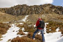 Hiker достигает саммит горного пика Стоковое фото RF
